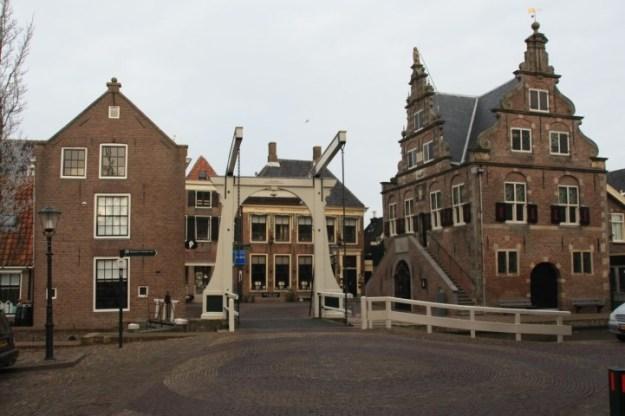 Graft-De Rijp, stadhuis De Rijp met daarachter het in 1660 voor handelaren gebouwde logement, thans hotel/restaurant Oudejans.