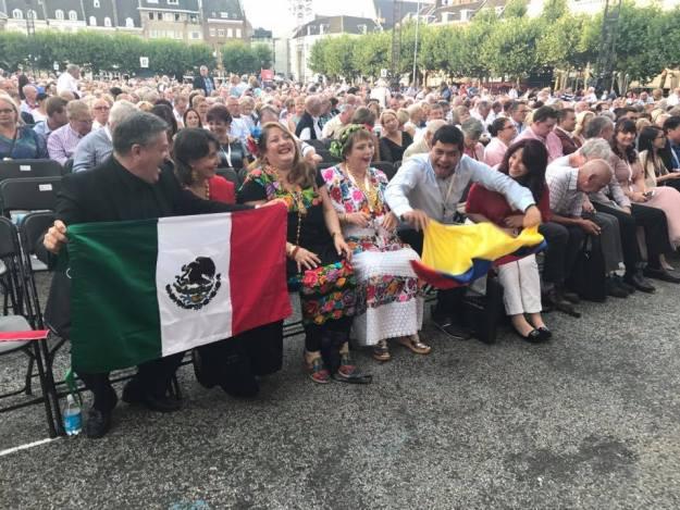 Jubileumconcert André Rieu, 21 juli 2017. Vooraan zitten Roemeense dames in klederdracht.