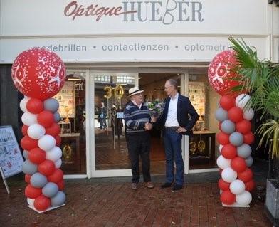 Nassaulaan te Bussum, Peter Lasschuit feliciteert zijn oud-collega Paul Hueber met het 30 jarig bestaan van diens optiekzaak Optique Huebèr. Daarna gaan we naar het Brilmuseum de Paradjisvogel.