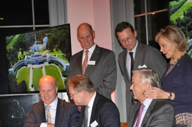 MeyerBergman Erfgoed Groep verkreeg op[ 20 december 2017 Paleis Soestdijk. Aan de ondertekeningstafel van links naar rechts: Staatsecretaris R.Knops, noataris, de heer A.Th.Meijer met zijn vrouw Maya Meijer-Bergmans