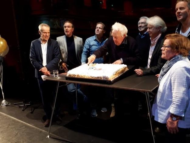 Carel Alphenaar snijdt de taart aan ter ere van de 100e verjaardag van Stadsschouwburg Haarlem