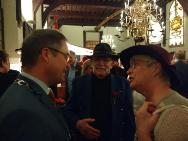 7 jaar Cultuurblogger van NederlandOnderonsje met Jos Wienen tussen burgemeester Jos Wienen en Marianne Visser van Klaarwater onder het toeziend oog van Peter Lasschuit over ons mooie Haarlem. (Gravenzaal, 8 januari 2017)
