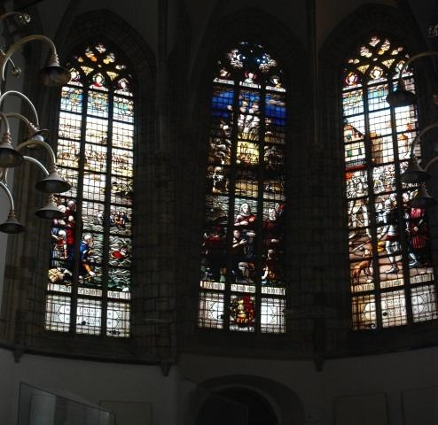 De Grote Kerk, glas in lood raam over de Elisabethvloed . Deze sneed Dordrecht af van het vaste land.