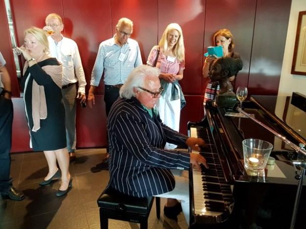 Hollands Plassengebied; een en al gezelligheid in bezinningscentrum De Stal met aan de piano gastheer Adriaan Tieleman