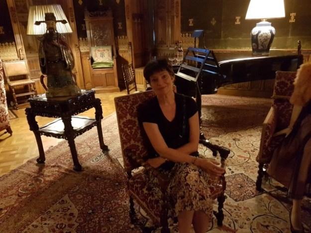 Barones Alexandra van Zuylen van Nijeveldt van de Haar in de salonkamer van kasteel de Haar