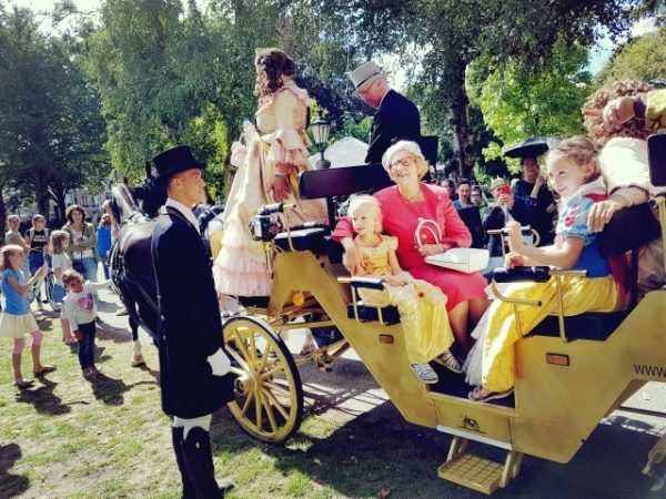 Gouden Koets op weg naar slotparade Holland Historisch Festijn. met in het rood koningin Juliana