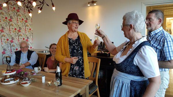 B&B Antoniushoeve in het vLokbij Arceb gelegen mm, Marianne Visser van Klaarwater proostr met Marianne Mertens-Niemeijer op de opening van haar B&B.