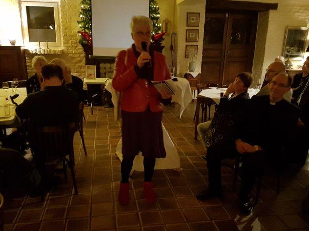 Marianne Visser van Klaarwater leest pagina over pastoor Jan Schafraad voor uit haar manuscript ''lees mijn briefje maar''