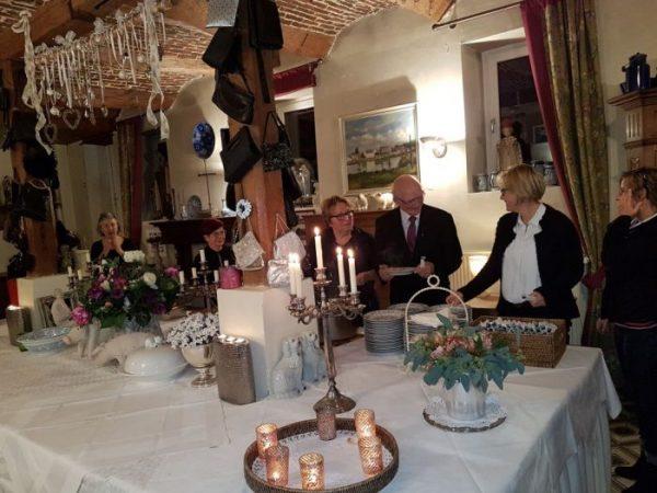 Na de presentatie van zijn boek ''Blijf in je kracht'' trakteerde pastoor Schafraad de gasten op een buffet in feestboerderij de Laathof te Mesch