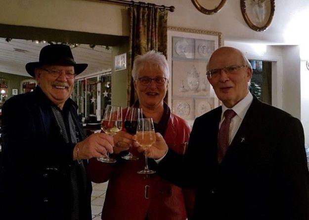 Pastoor Schafraad proost op zijn 80e verjaardag met schrijfster Marianne Visser van Klaarwater en haar echtgenoot Peter Lasschuit