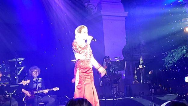 Jenna Lee-James, ontroerde tijdens It's Christmas Tiem met als presentatoren Matthijs van der Meer en Vajèn van den Bossch