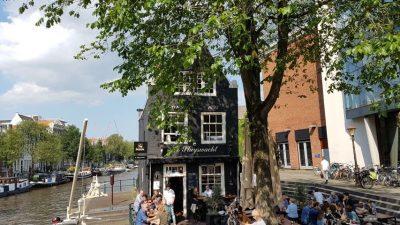 Riny presenteerde de likorettes van Hartje Mokum in De Sluiswacht, Amsterdan