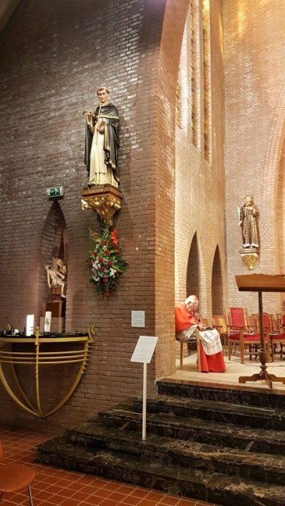 Kardinaal Simonis in gebed tijdens de opening van het seizoen bedevaartsoord Briellesns in de kerk va