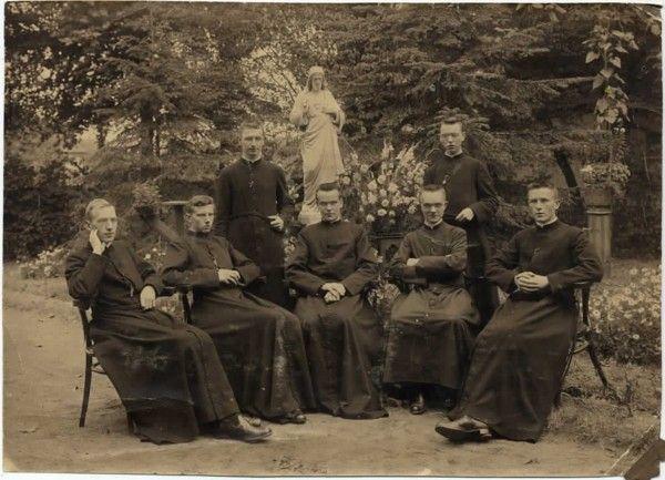 priesterwijding 1921, mijn oom Bernardus Johannes van Klaarwater zit in het midden pal voor het beeld van het Heilig Hart, 1921