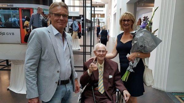 Rinus Ooms (1917) met zijn dochter Marieke en haar vriend Martien. Rinus werkte als een van de honderdplussers mee aan ''Een bezeten wereld''
