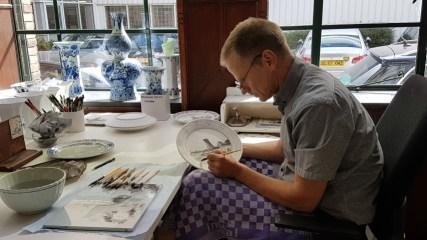 De Porceleyne Fles, een meesterschilder brengt de tekening met zwart op, pas na het bakken wordt de kleur blauw