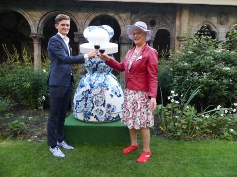 Met Edo Anceaux, manager tourisme Royal Delft, proosten op het succes van Proud Mary, de icoon van Royal Delft