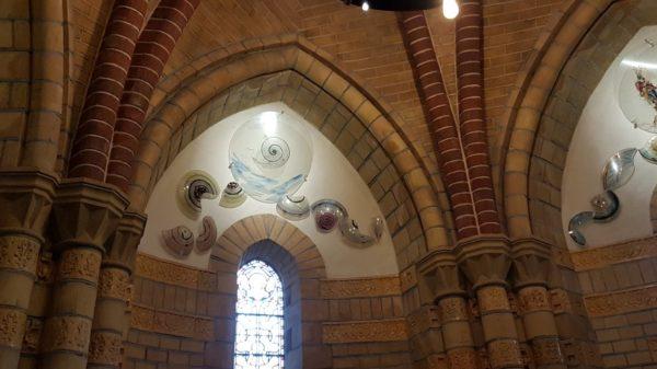 Glassculpturen van Marc Mulders in de doopkapel