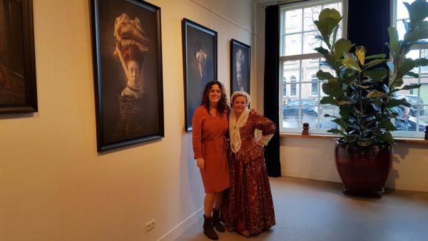 Ewa Cwikla (r) en Annemarie van Doorn (r) in Galerie Bakenes, Bakenessergracht Haarlem