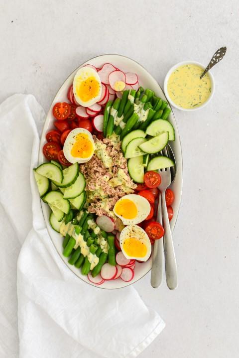 Gezonde zomerse salade, regenboogsalade met tonijn en dragonmayonaise © Becel