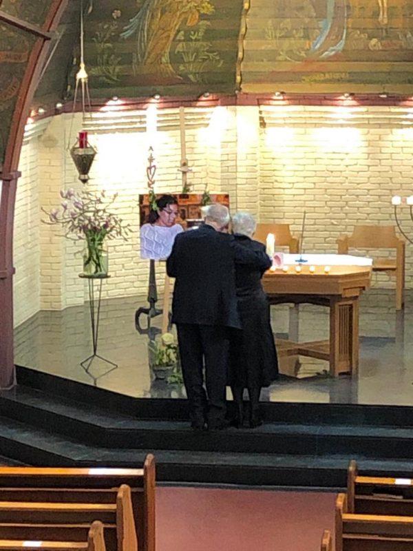 Adoptieouders Mascini, kerkdienst voor hun dochter Mathilde