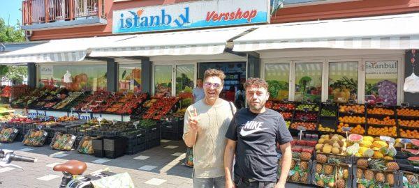 30 kilo aubergines kocht auteur Ricardo bij Izzy van Versshop Istanbul, Haarlem