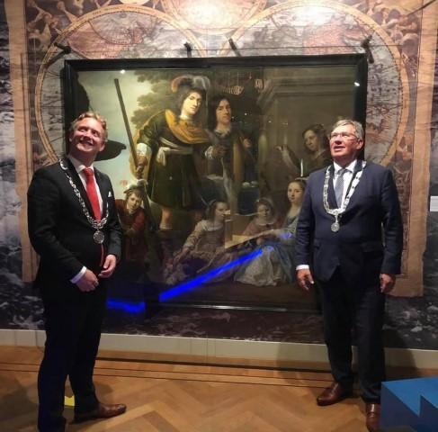 Briels Museum, met burgemeester Pieter Verhoef van Gouda bij een doek van de Brielse zeeheld Tromp, een bruikleen van de gemeente Gouda