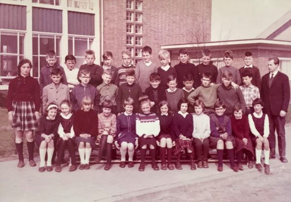 5e klas Sint Josephschool Baarn schooljaar 1963/64, linksbuiten Marianne Visser van Klaarwater, rechtsbuiten Theo Helmer
