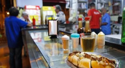 Lanche de rosbife com gorgonzola no convidativo balcão do Bar Vida Dura | Cumbuca Bares e Botecos de Campinas