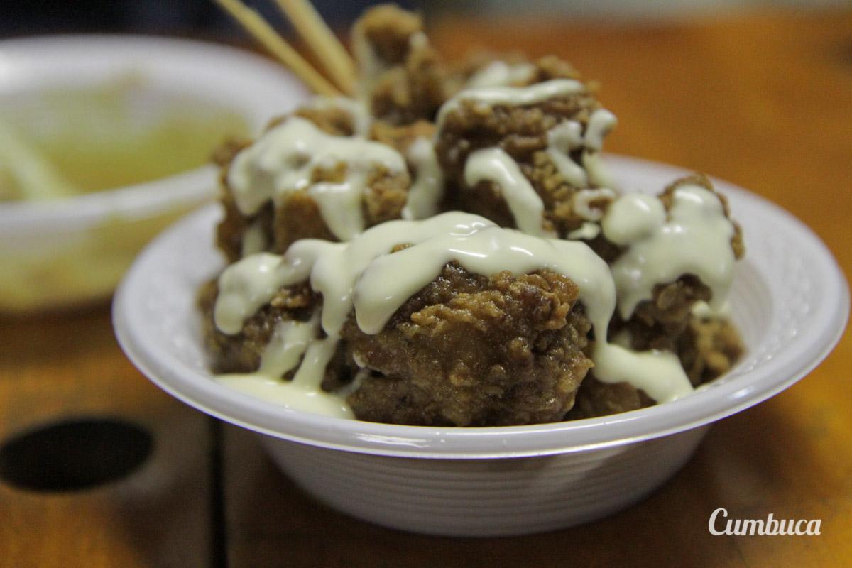 Karaage, sobrecoxa de frango temperado com saquê, shoyu, gengibre e alho, tudo empanado e frito - Esquina dos Truck's