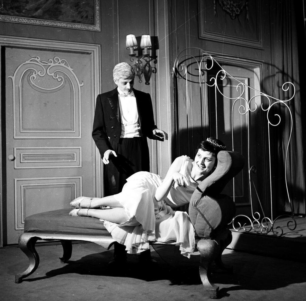 """<p>Yıldız Kenter, 1957-1958 yıllarında Ladislas Fodor'un """"Çöl Faresi"""" oyununda kardeşi Müşfik Kenter ile sahnede.<br></p>"""