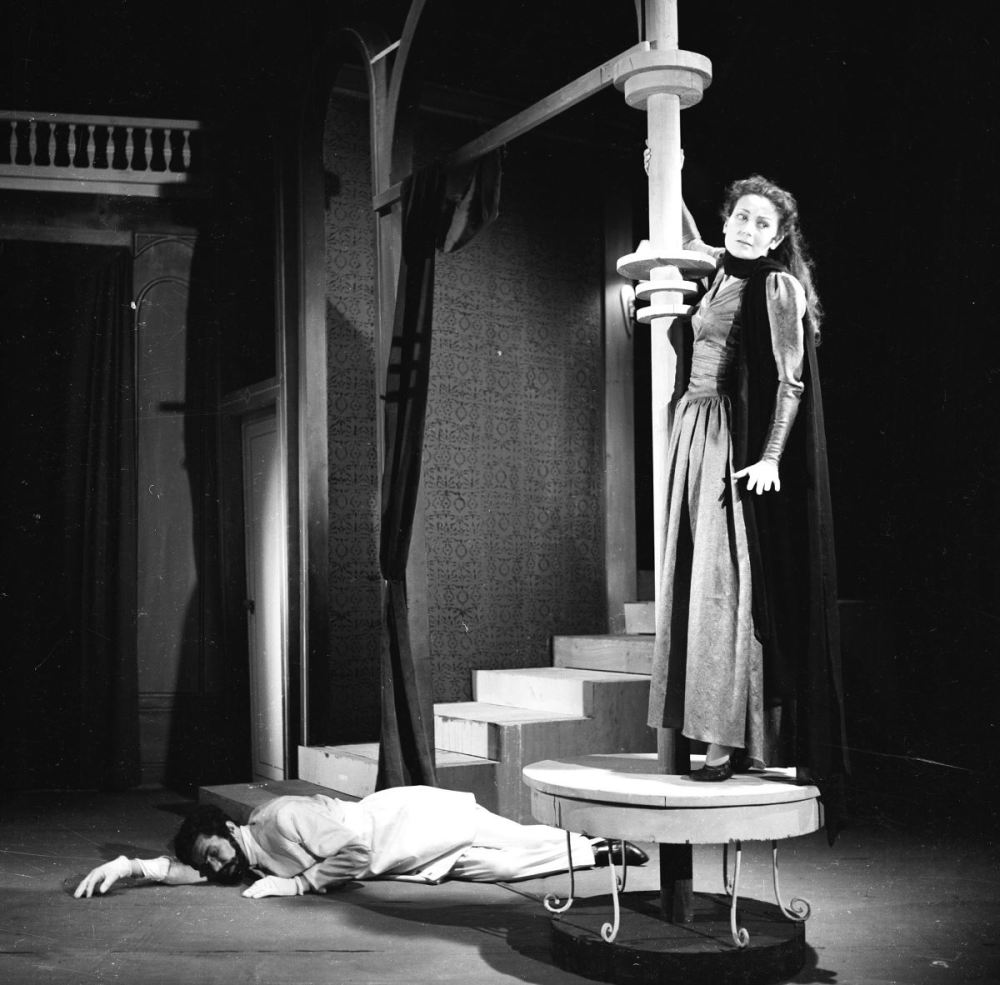 """<p>1956'da sahnelenen Abdülhak Hamit Tarhan'ın """"Finten"""" oyununda başrolde sahneye çıktı.<br></p>"""