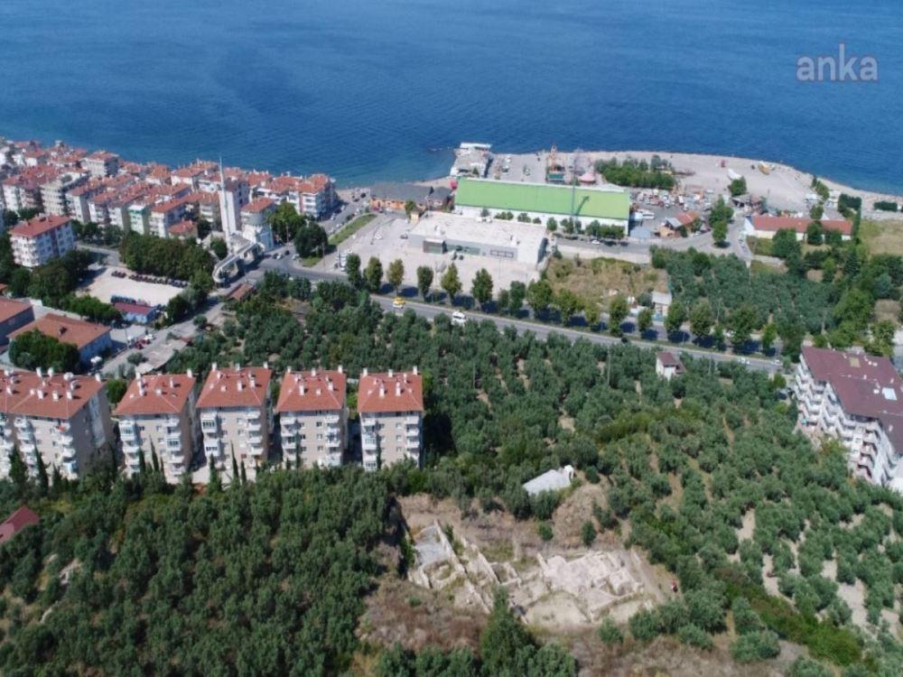 <p>Mudanya Belediyesi, 2 bin 700 yıllık Myrleia Antik Kenti'ni açık hava müzesine dönüştürme yolunda önemli bir aşamayı daha tamamladı.</p><p>Mudanya Belediyesi'nin, açık hava müzesine dönüştürmek amacıyla projelendirdiği Myrleia Arkeoparkı Projesi için Bursa Kültür Varlıklarını Koruma Bölge Kurulu'ndan beklenen onay geldi.</p>