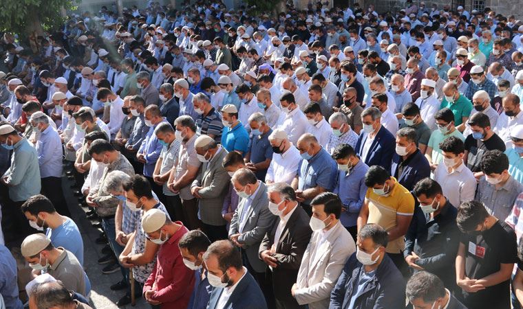 Tarikat liderinin cenazesinde yine kalabalık