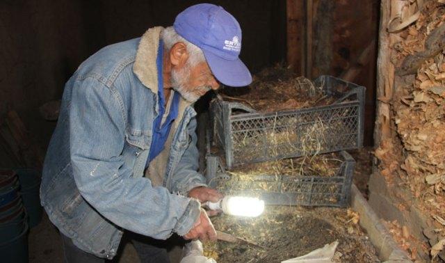 <p>Taşçı, sıvı gübrenin kilosunu 80 katı gübrenin kilosunu ise 8 liradan satışa çıkartsa da genellikle yöre halkına gübreleri ücretsiz veriyor. Daha çok kazancını canlı solucan satarak karşılayan Taşçı, solucanların sayısının artmasının ardından kendine yeni ve modern bir tesis inşa etmeye başladı.</p>