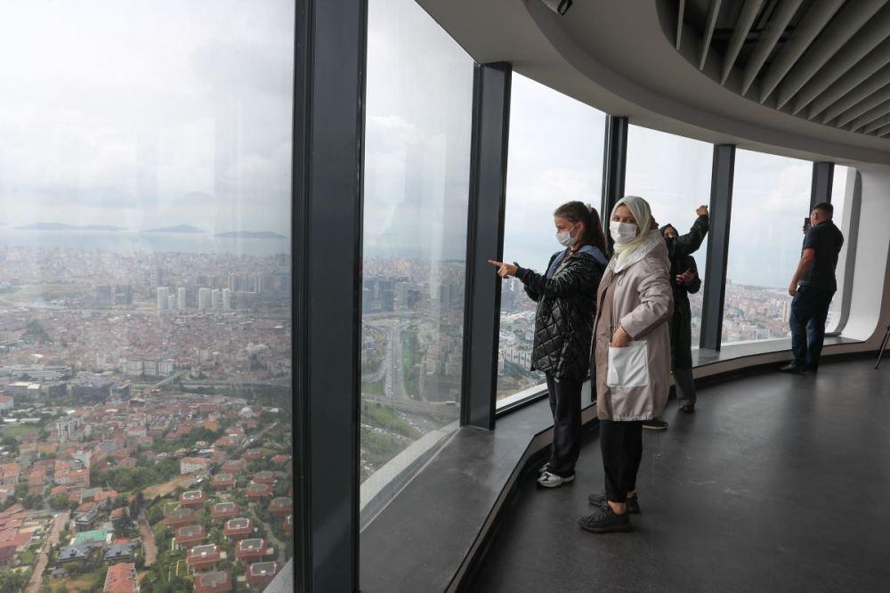 <p>AKP'li Cumhurbaşkanı Recep Tayyip Erdoğan tarafından geçtiğimiz cumartesi açılışı yapılan Çamlıca Kulesi, bugün ilk ziyaretçilerini ağırladı.</p><p>Sadece pazar günleri kapalı olacak kule, 10.00-21.00 saatleri arasında hizmet verecek. Giriş fiyatları ise yurttaşlar tarafından şimdiden fazla bulundu.</p>