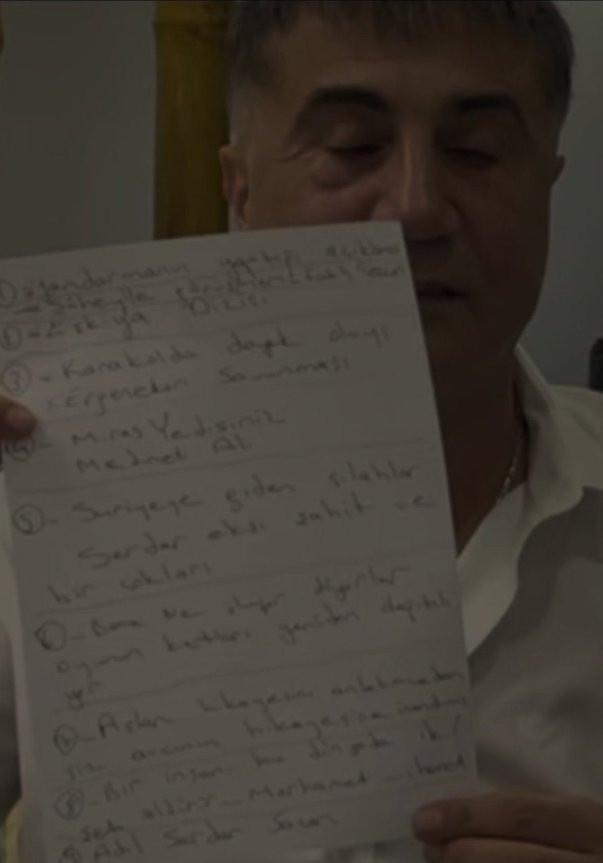 """<p>Peker'in daha önce yayımladığı videoda görülen kağıtta """"Suriye'ye giden silahlar Serdar Ekşi şahit ve birçokları"""" notu dikkat çekmişti.</p>"""