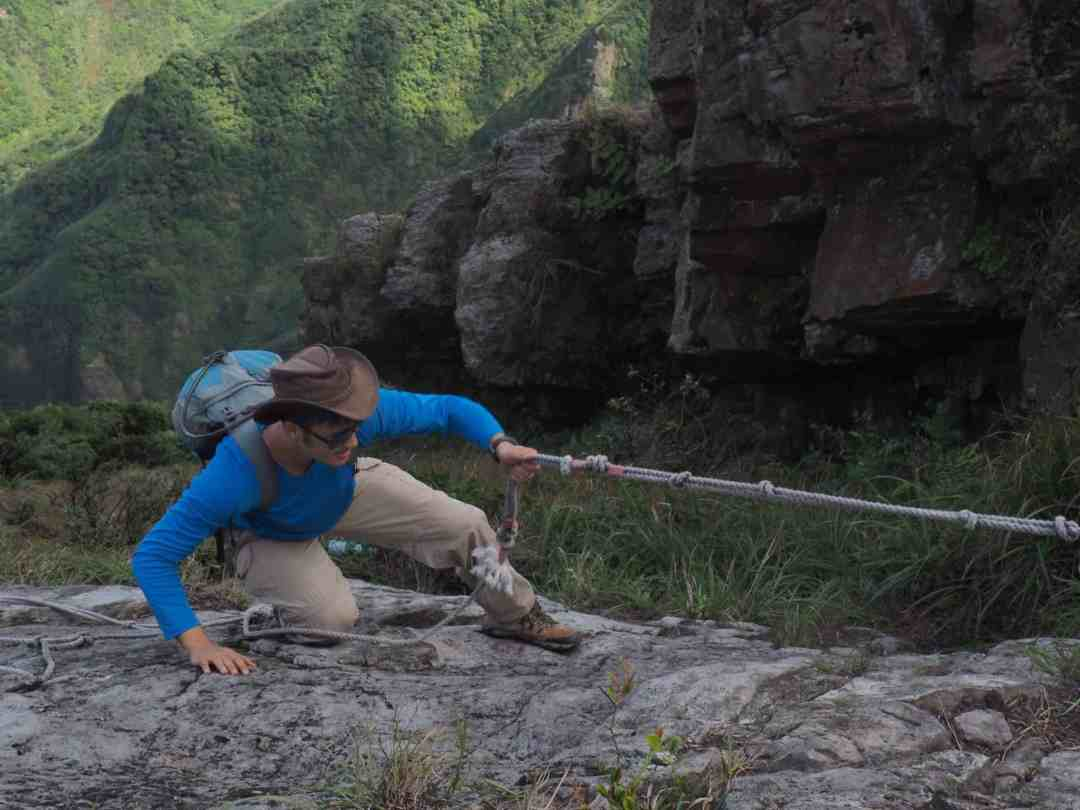 Scaling the cliff of the ridge using ropes.
