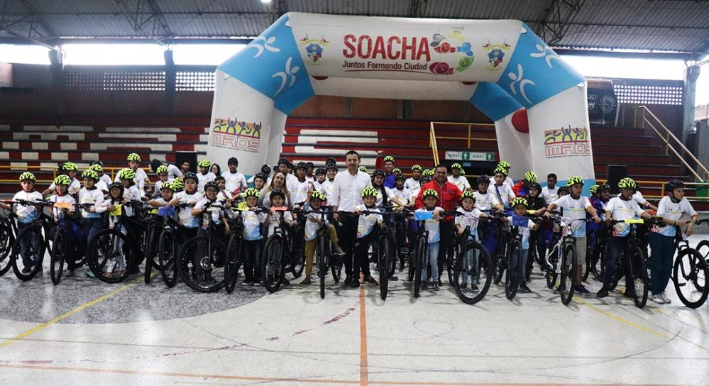 Niños y jóvenes de Soacha recibiendo bicicletas.