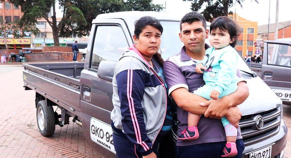 Familia recibiendo su vehículo automotor.