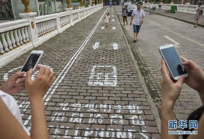 cellphone-sidewalk-chongqing-4[2]