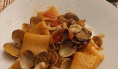 Paccheri di Gragnano con vongole, seppioline, bottarga e pomodoro pachino caramellati