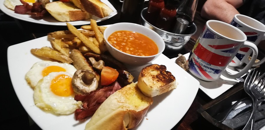 full english breakfast at el ingles bogota: place to watch premier league football