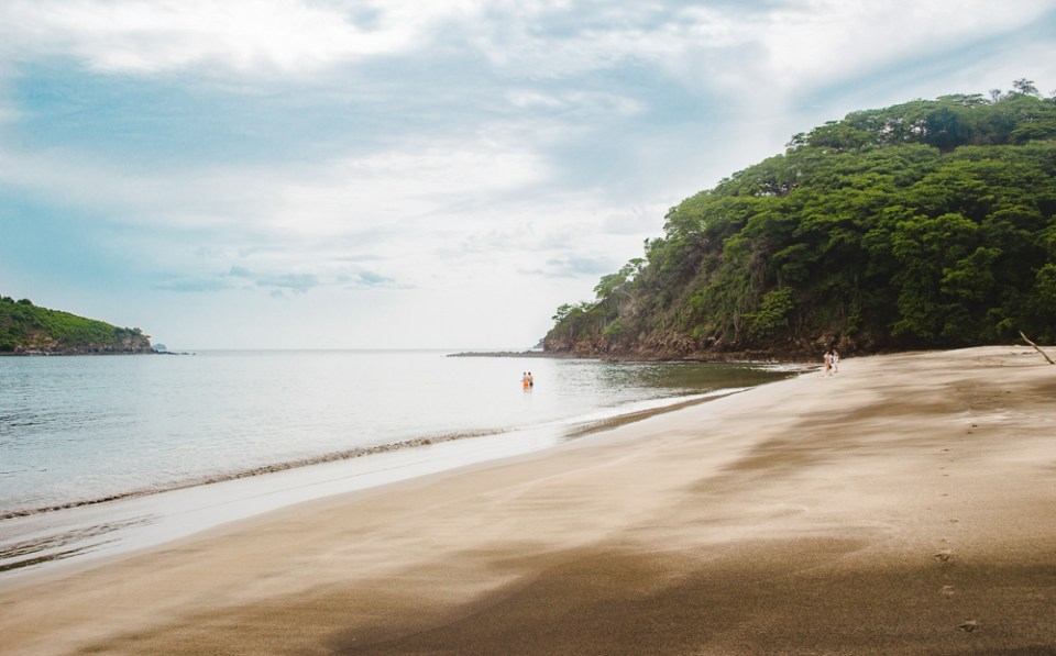 Backpacker girls in sea: 11 things to know about costa rica pura vida