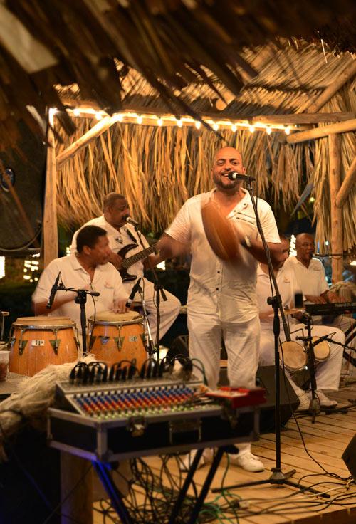 Los Compadres salsa at Hemingway Curacao
