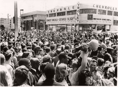 Dealer crowds 1964