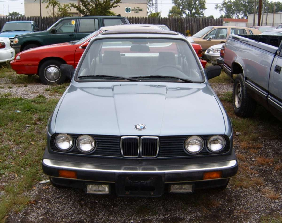 Curbside Classic 1985 Bmw 318i Teutonic Respite At The Tail End E30 Wiring Harness Electrical Troubleshooting Manual 1984 I Spotted This In Downtown East Moline A Couple Of Weeks Ago Aside From Convertible Or Two E30s Are Becoming Rather Scarce Around Here