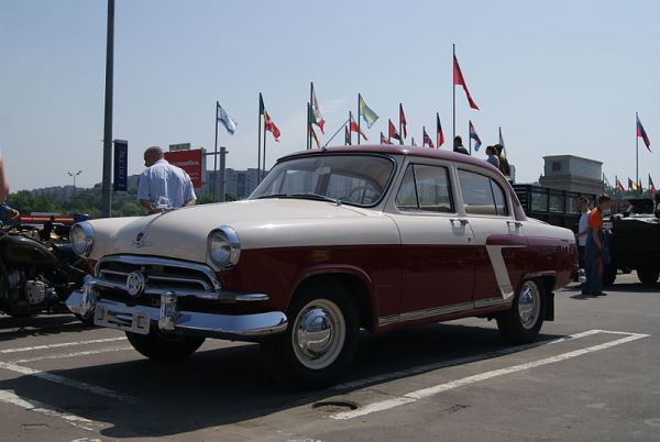GAZ-21_(1st_generation)_-Volga-_in_Moscow_(left_front_view)