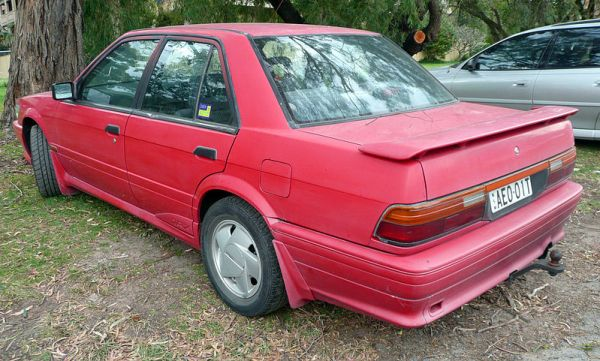 800px-1990-1992_Nissan_Pintara_(U12)_TRX_sedan_03