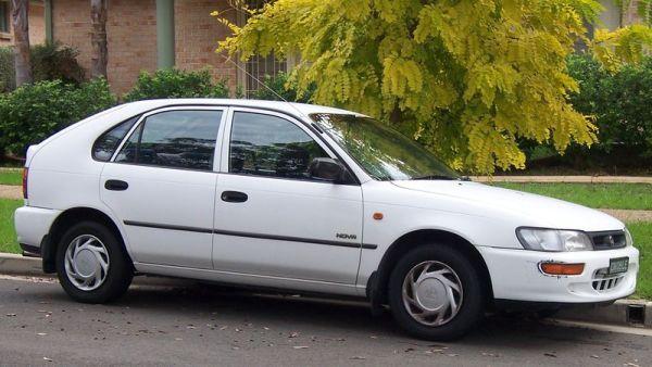 800px-1994-1996_Holden_LG_Nova_SLX_hatchback_01